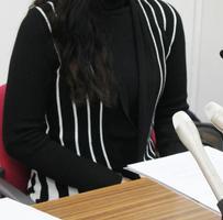 記者会見する自殺した女子生徒の母親=14日午後、兵庫県尼崎市
