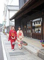 レトロな有田の町並みを着物で散策する女性。期間中は着物のレンタルもある(有田観光協会提供)