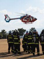 離島の火災に備え、唐津市消防本部らが初めて取り組んだ防災ヘリの訓練=唐津市二タ子の市浄水センター運動広場