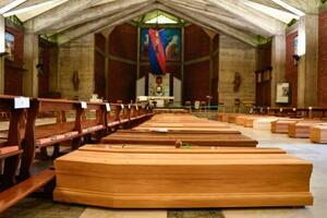 ベルガモ近郊の教会に並べられた柩=3月26日、セリアテ(AP=共同)