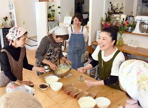 パウンドケーキづくりのこつを伝える村川さん(右)=佐賀市のキッチンmamano・te