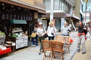町の散策を楽しむ外国人観光客=唐津市の五福の縁結び通り
