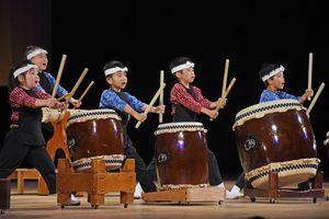 葉隠太鼓保存会の子どもたちが中心となり、「満天えびす」を披露した=佐賀市日の出の佐賀市文化会館