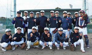 九州大会で優勝を目指す「唐津チームZERO50」=唐津市の松浦河畔公園野球場