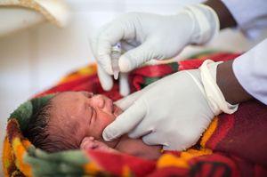 ユニセフが支援するエチオピア西部の医療施設で、ポリオの経口ワクチンを投与される新生児=1月(ユニセフ提供・共同)