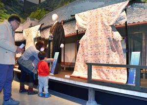 「西郷どん 大河ドラマ館」に展示されるドラマ撮影に使われた衣装=11日午後、鹿児島市