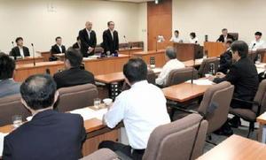 玄海原発の再稼働を巡る問題に関して質疑をした県議会原子力安全対策等特別委員会=県議会棟