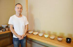 26日から福岡三越で個展を開く安永頼山さん。右側は「茶盌十二カ月」シリーズ=唐津市北波多の「鎮西窯」