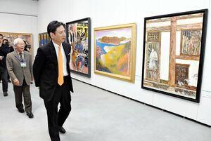 東光展巡回佐賀展を鑑賞する山口祥義知事