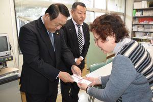 県視覚連の森会長(右)に寄付金を手渡す野口会長=佐賀市の県立点字図書館