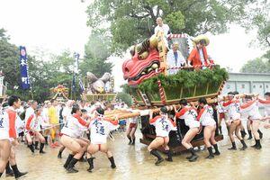 雨の中、威勢のいい掛け声と共に八坂神社を出発する2番山・本通町の「神楽獅子」=鳥栖市本町