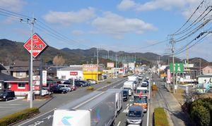 多くの店舗が張り付いている県道17号の鳥栖市古賀町一帯