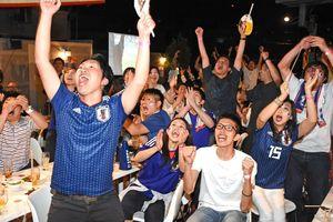 後半、本田選手の同点ゴールが決まり、歓喜に沸くサポーター=佐賀市のダイニングバー86