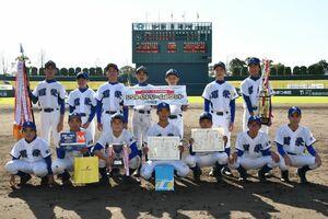 8年ぶり2度目の優勝を果たした昭栄の選手たち=佐賀市のみどりの森県営球場
