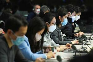 中国外務省の記者会見にマスクを着用して臨む記者ら=24日、北京(共同)