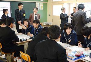 社会保障費や教育費など日本の将来を見据え、予算配分を考えたグループワーク