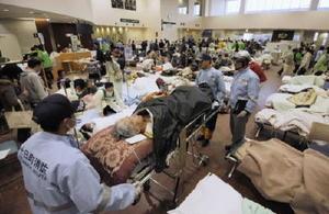 東日本大震災直後、大勢の患者やけが人で混雑する石巻赤十字病院=2011年3月、宮城県石巻市