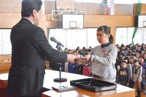 下川校長から、代表して修了証を受け取る荒嶋さん(右)=佐賀市の高木瀬小学校