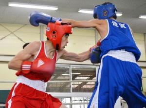 ピン級決勝 果敢に攻める龍谷の前田真吾(左)=佐賀市の県総合運動場ボクシング場