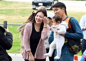 練習場に訪れたファンと記念撮影するDF三丸=沖縄県の読谷村陸上競技場