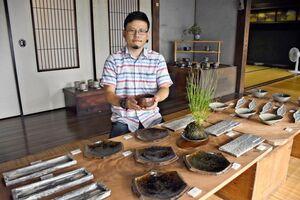 アメ釉など味わい深い作品が魅力的な田中孝太さん=唐津市北波多の草伝社