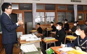 明治期、征韓論を巡って対立があった日本政府について生徒たちに説明する江島貴之記者=神埼市の神埼中