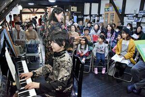 ピアニストの吉富久美子さんも出演。会場のリクエストにも応じて多彩な曲や歌を届けた=小城市の牛津まちなか交流館CONE(コンネ)