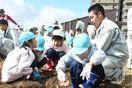 高志館3年生と園児、仲良く芋掘り