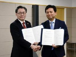 知的財産の活用で協力する協定に署名し、握手を交わした山口祥義知事(右)と日本弁理士会の伊丹勝会長=県庁