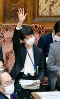 衆院予算委で答弁のために挙手する山田真貴子内閣広報官=25日午前