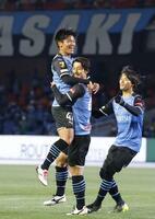 川崎―横浜M 前半、先制ゴールを決め、抱き合い喜ぶ川崎・家長(中央)=等々力