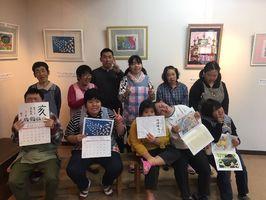 カレンダーを持つ通所者=江北町の「ちゅうりっぷのうた」
