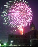 神埼市役所千代田庁舎の近くで打ち上げられた色とりどりの花火=8日午後8時すぎ