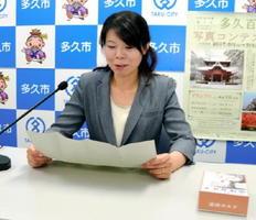 帰宅放送で毎月の論語の一節を収録する市教育委員会職員の紫村さん=多久市役所