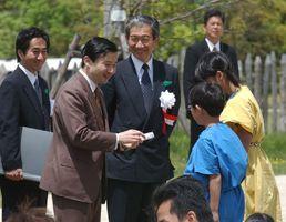 子供たちから勾玉を贈られ笑顔の皇太子さま=吉野ケ里歴史公園