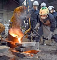 1500度に熱して溶かした鉄を鋳型に流し入れる、緊張の作業=鳥栖市の鳥栖工高