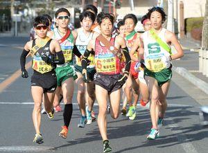 最終日のスタート区間で、集団のトップを走る小城市の梶原有高(中央)=24区(撮影・山田宏一郎)