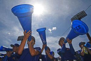 高校野球が開幕し、炎天下の下、暑さに負けない応援を送る選手たち=佐賀市のみどりの森県営球場