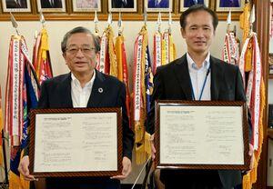 SDGs推進に向けた協定を結んだ地球市民の会の小原嘉文会長(左)、佐賀商高の牛島徹校長=佐賀市の同高