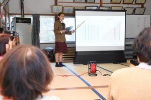地元住民の人たちに認知症について説明する神埼清明高の生徒=神埼市の猪面公民館