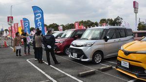 車を吟味する訪れた人たち=佐賀市東与賀町のイオン佐賀店特設会場