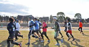 ペース配分を確認しながら走る参加者=神埼市郡の吉野ヶ里歴史公園