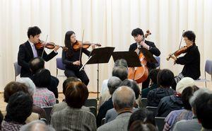 客席を間近に、プロの音色を聴かせた日フィル弦楽四重奏団=佐賀市の神野公民館