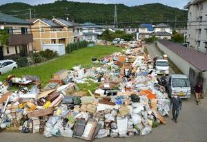 住宅地に積まれた災害ごみ=18日、福島県いわき市