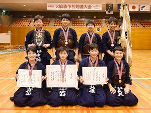 第40回記念大麻旗争奪剣道大会・高校女子の部で優勝した三養基の選手たち=佐賀市の県総合体育館