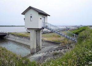 開放が続いたことで塩を含んだ水が逆流した水樋管=佐賀市川副町
