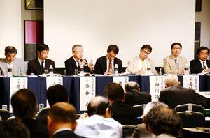 九州各地の医師会関係者らが、地域包括ケアシステムをテーマに意見を交わした=佐賀市のホテルニューオータニ佐賀