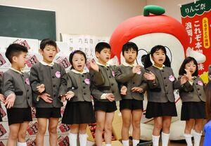 リンゴのお礼として、手話と踊りを披露するなかよし保育園の園児たち=佐賀市のほほえみ館