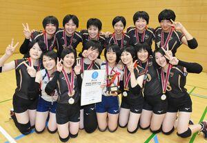 バレーボール女子で優勝を果たし、笑顔を見せる佐賀清和の選手たち=嬉野市中央体育館