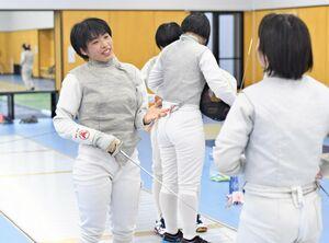 積極的なプレーが持ち味の佐賀商女子フェンシング部の魚永幸希=佐賀市日の出のSAGAサンライズパーク総合体育館フェンシング場